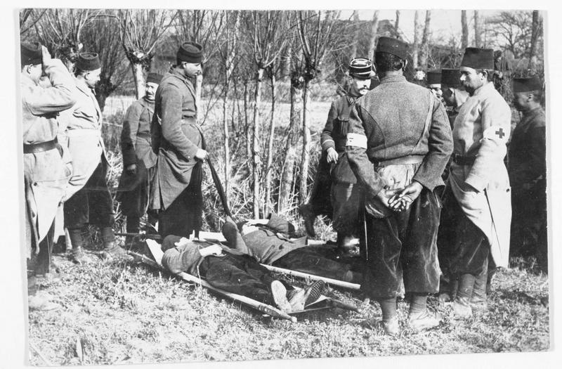 Transport de blessés français sur le front à l'aide de civières