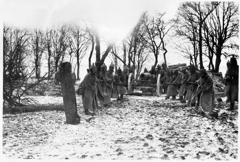 Canon allemand mis en position sur le front serbe