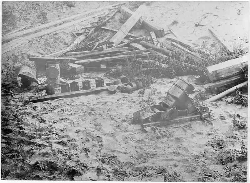 Prises de guerre : lance-bombes et munitions serbes. Trophées