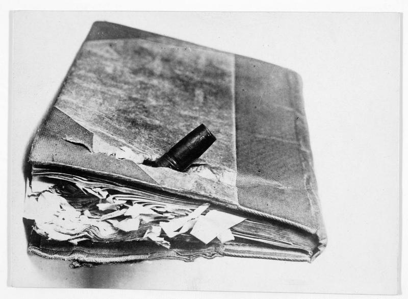 Livre que portait un soldat allemand sur sa poitrine, et qui lui a sauvé la vie. (Couverture éclatée)