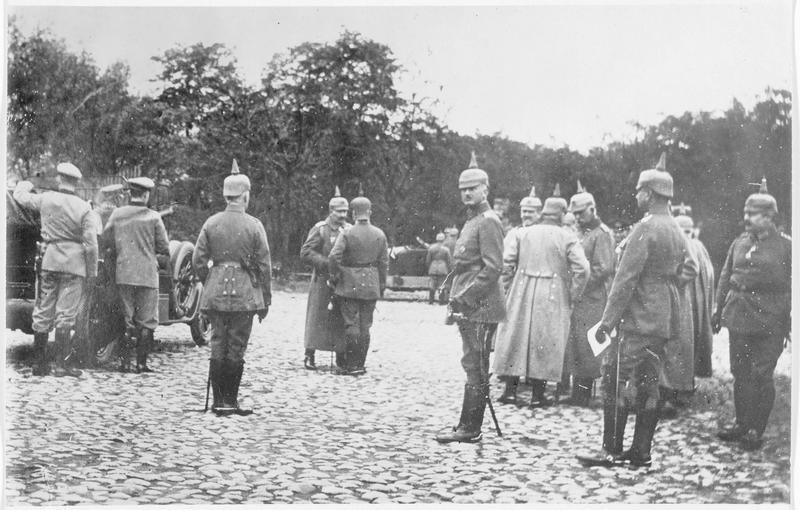 La dernière visite de l'empereur en Russie. Sa Majesté avec des officiers allemands