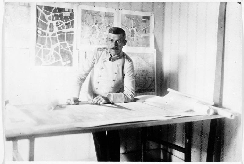 Le commandant Rehorst, architecte à Cologne, gouverneur civil de la Belgique, à son bureau. Il est chargé de dresser un rapport pour la commission de la reconstruction des villes belges détruites