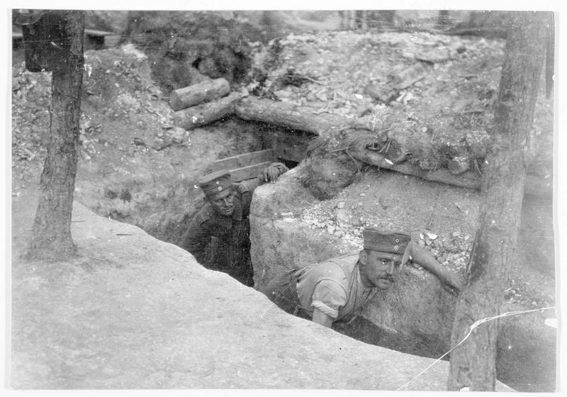 Deux soldats dans une tranchée allemande, sur le front occidental