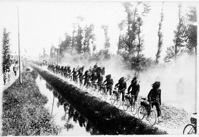 Cyclistes bersagliers en colonne le long d'un canal