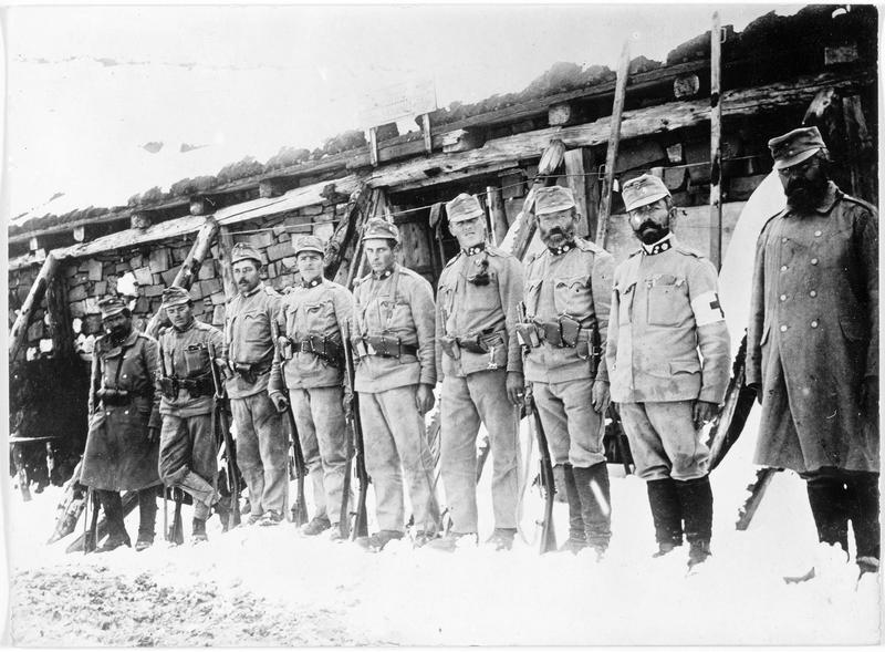 Groupe de chasseurs tyroliens devant leur abri à la frontière