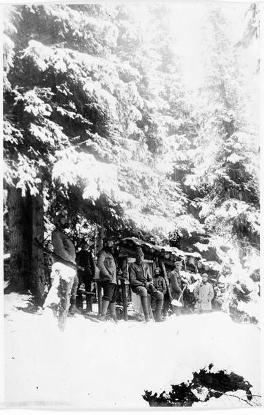 Front italien. Sous des abris couverts de neige, groupe d'officiers austro-hongrois alignés