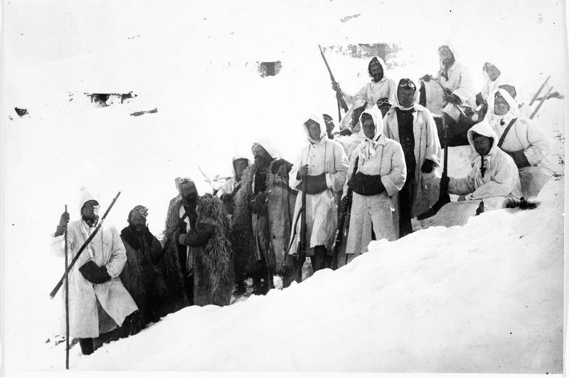 Front italien. Patrouille en manteau de neige (combinaison blanche) sur le front italien