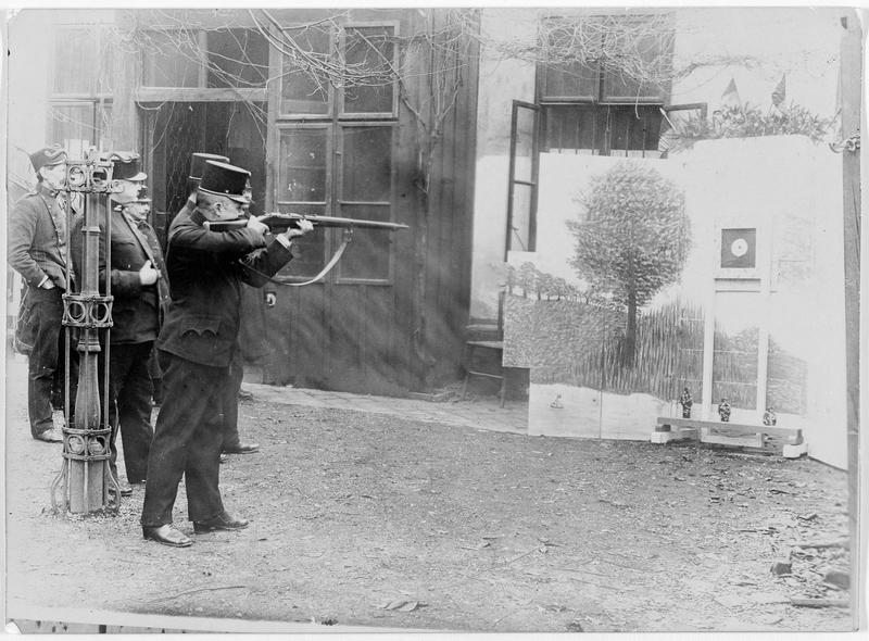 Soldats autrichiens, ayant été blessés, s'exerçant au tir pour retourner au front