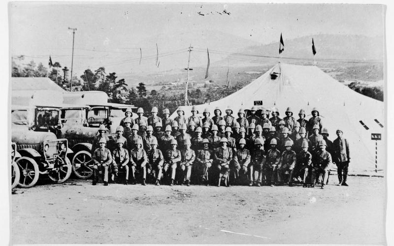 Photographie d'une formation de camions automobiles allemands, prise près des monts Taurus