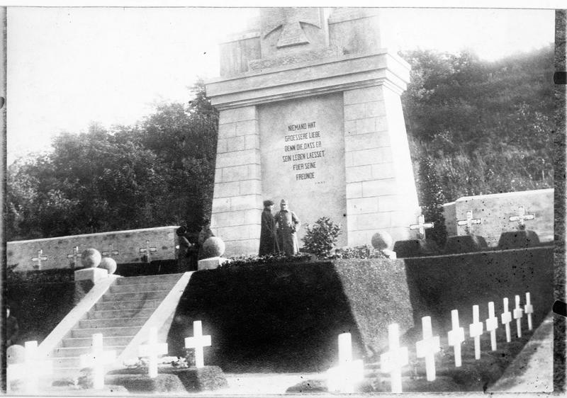 Monument aux morts dans le cimetière des soldats allemands de Semendria (en allemand)