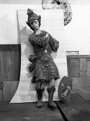 Statue mutilée en bois d'époque Louis XIV : saint Michel