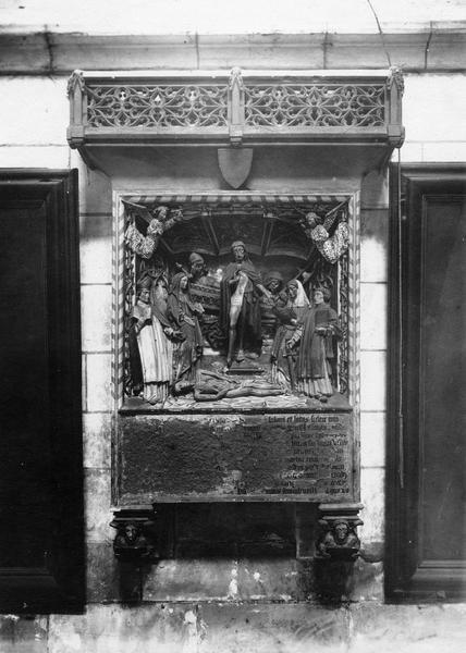 monument funéraire d'un chanoine : Christ ressuscité (le)