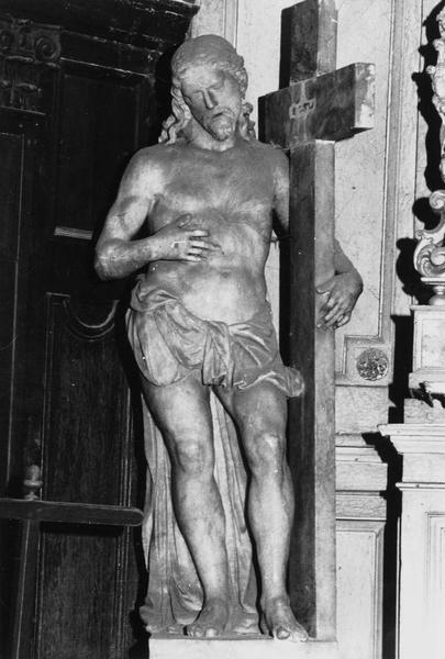 statue : Christ debout portant sa croix (le)