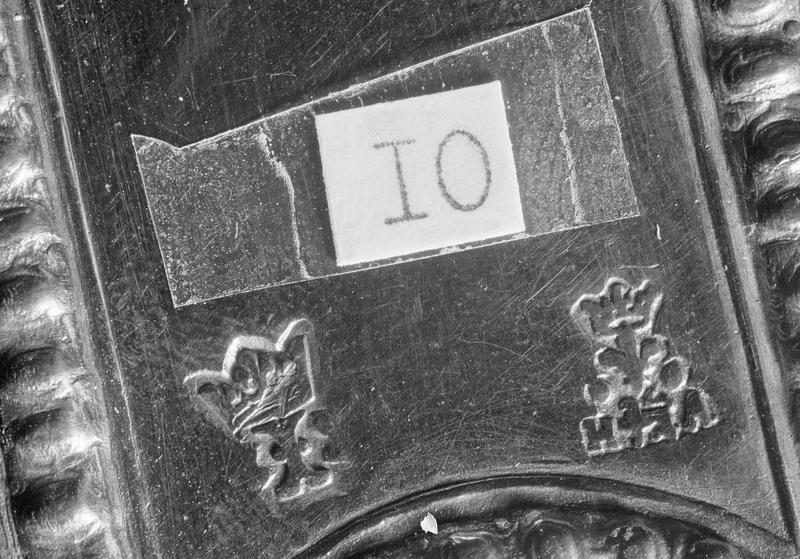 Croix de procession : deux poinçons, lettre I couronnée et lettres HA couronnées avec fleur de lys (avec étiquette d'inventaire)
