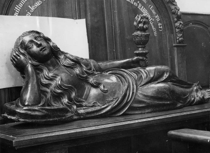 Statue : sainte Madeleine couchée