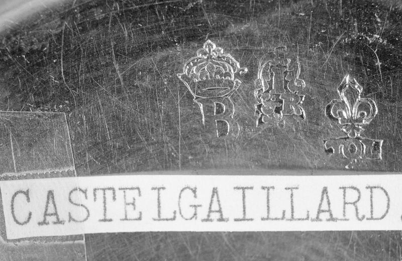 Calice : trois poinçons, dont celui de la ville de Toulouse et lettre B sous couronne fleuronnée de la communauté des orfèvres d'Autun (avec étiquette de localisation)