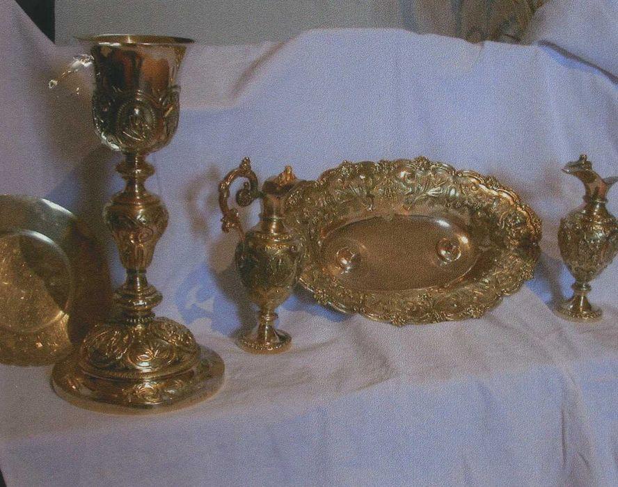Chapelle de messe : calice et patène, burettes et leur plateau