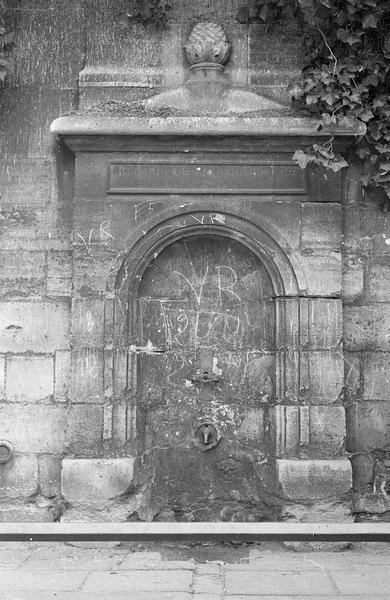 Niche en cul de four abritant la fontaine, côté ouest