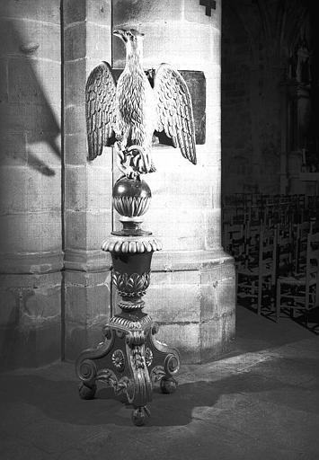 Aigle-lutrin en bois sculpté