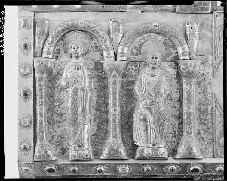 Châsse de saint Dulcet : Mise au tombeau de saint Dulcet (ou Dulcide), détail du toit à l'avers orné de deux apôtres