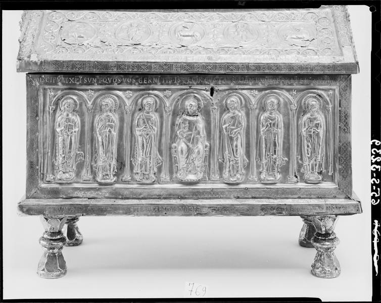 Châsse dite de saint Romain, face ornée du Christ en Majesté entouré de six apôtres sous arcatures