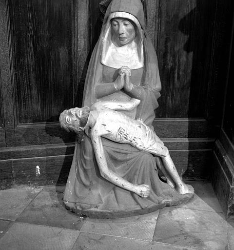 Groupe de la Vierge de Pitié en bois polychrome