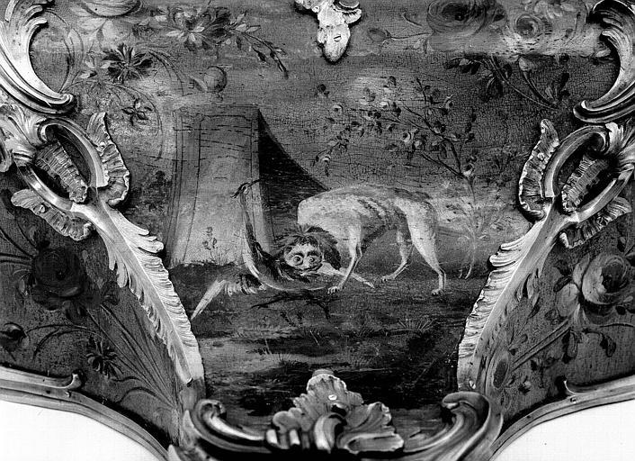 Partie inférieure de la pendule Louis XV avec cul-de-lampe, en bronze doré et vernis (Martin) : Détail