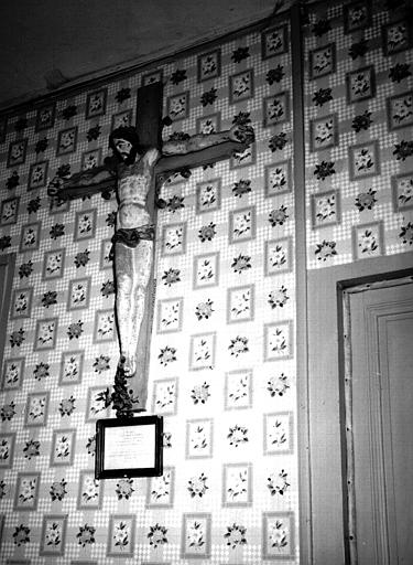 Statue en bois du Christ en Croix