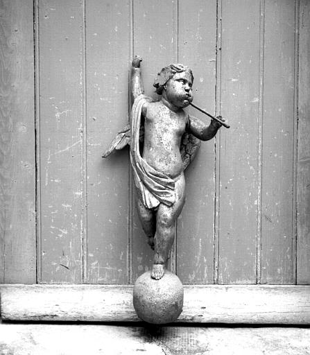 Statue en bois doré d'un angelot sonnant de la trompette