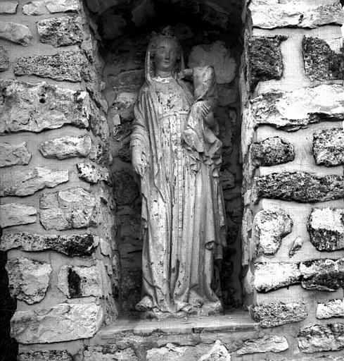 Statue en pierre de la Vierge à l'Enfant