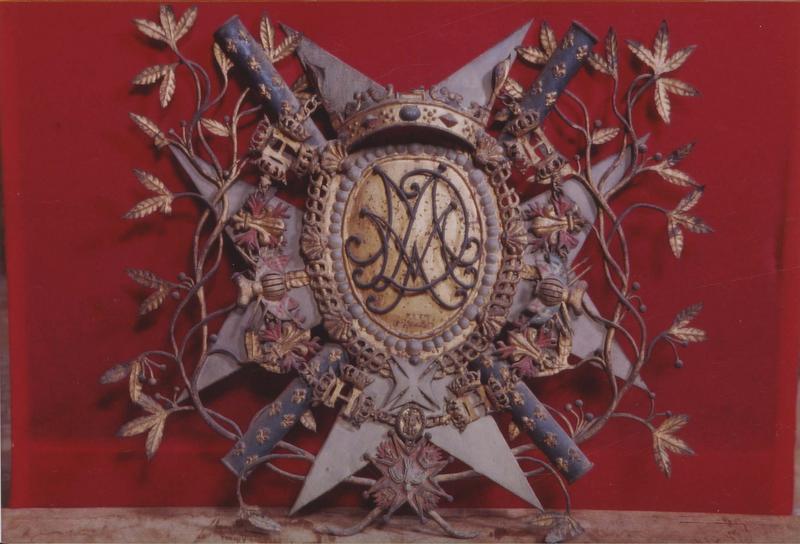 éléments d'une plaque commémorative : blasons au chiffre et aux armes du maréchal de Mailly, gouverneur du Roussillon, et de son épouse, vue générale