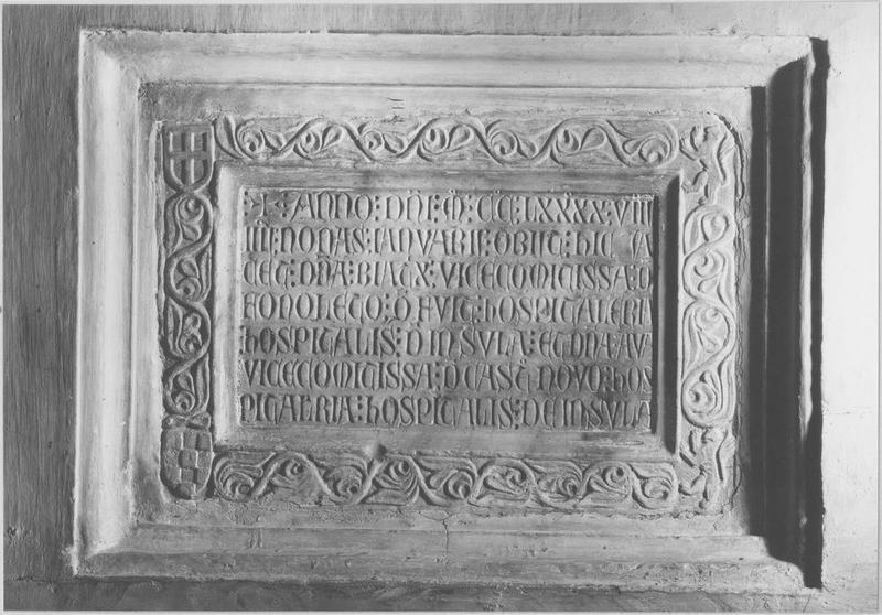 plaque funéraire de Béatrix, vicomtesse de Fenouillet, vue générale