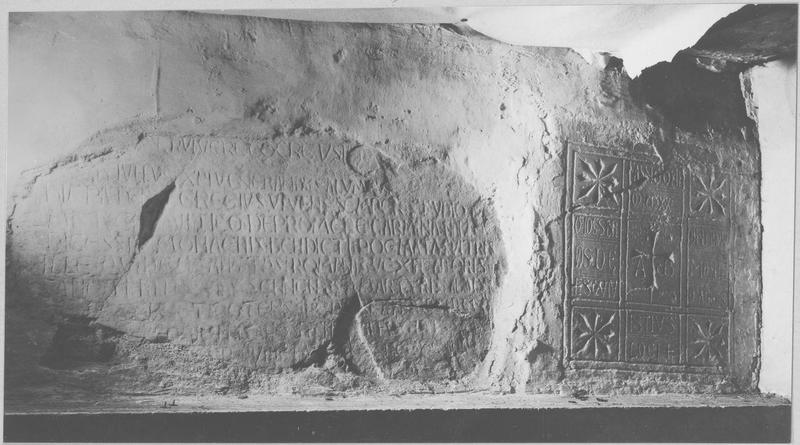 table d'autel style roman avec inscription, vue générale