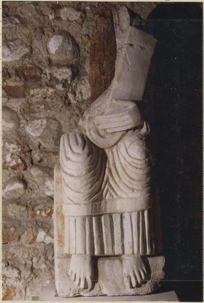 Statue : Christ assis tenant un livre (?)