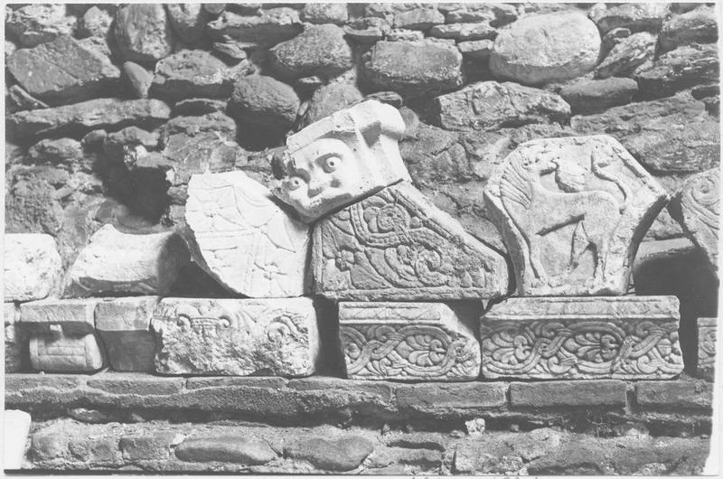 Ensemble (frises (2), corniches (2), corbeaux (5), éléments d'architecture (2), claveaux (5), bas-relief)