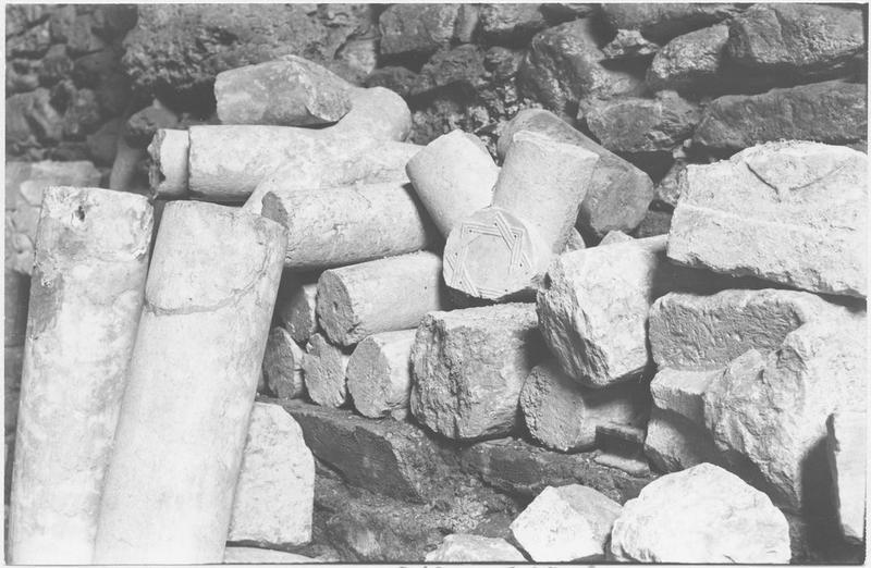 Ensemble d'éléments d'architecture (chapiteau, 4 colonnes, 2 bases, 21 arcs, 4 clés de voûte)