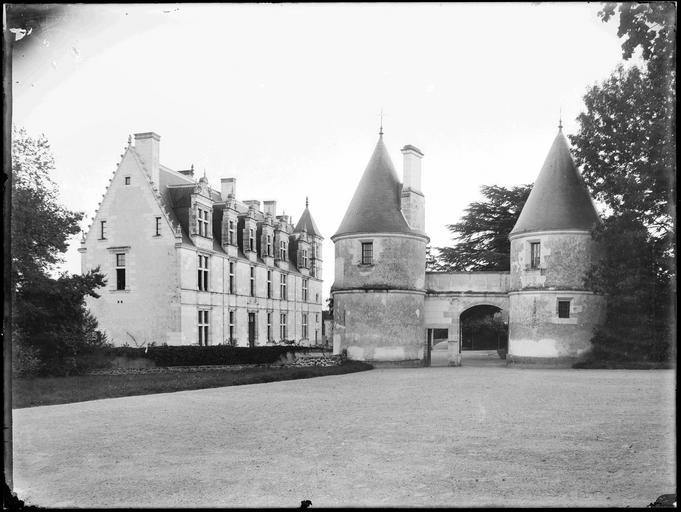 Châtelet d'entrée et bâtiment principal