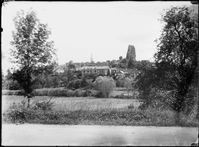 Vue générale du village et donjon en arrière-plan