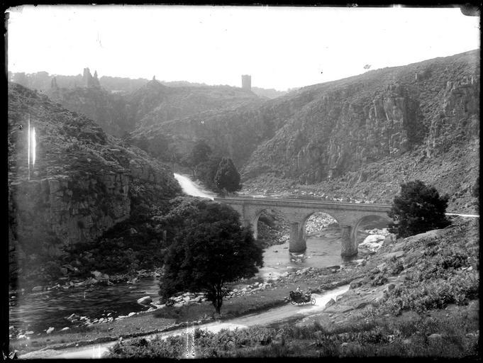 Pont dans la vallée de la Creuse, vue éloignée sur les ruines du château