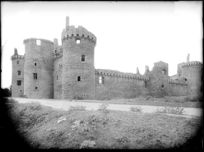 Ensemble du château fortifié : poterne, ruines