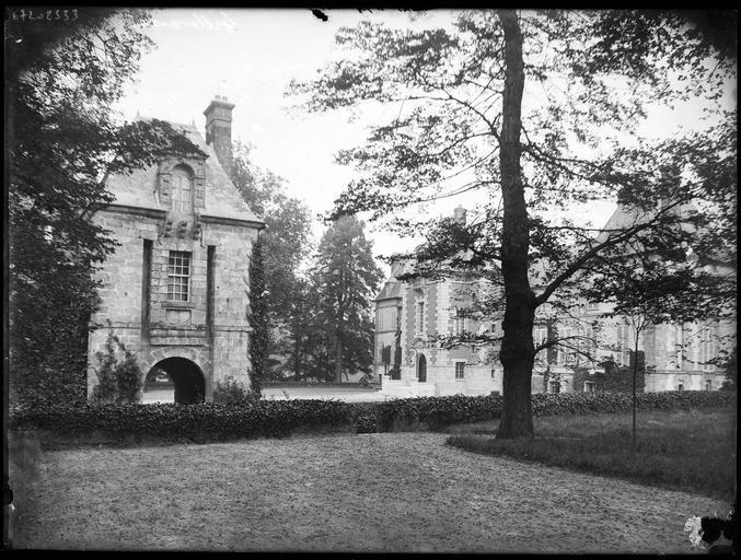 Pavillon d'entrée, vue partielle du château