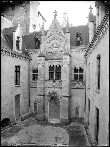 Porte à fronton dans une cour intérieure