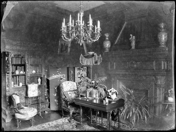 Intérieur : bureau, cheminée