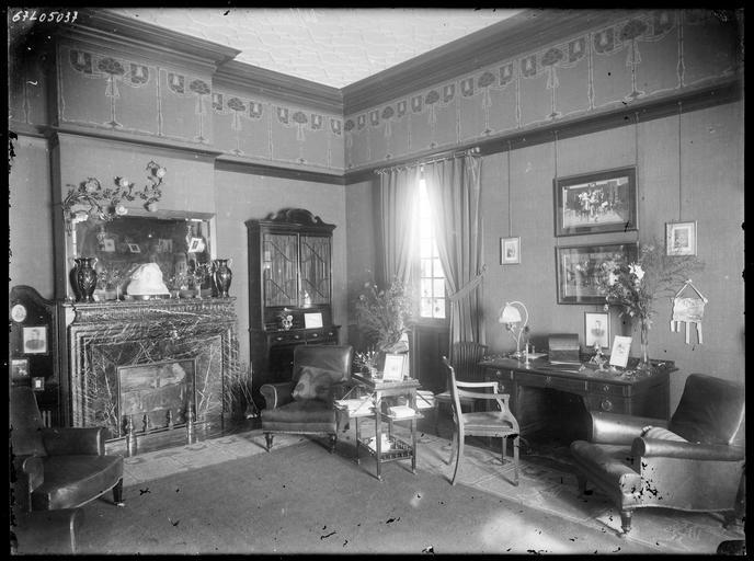 Intérieur : bureau avec cheminée