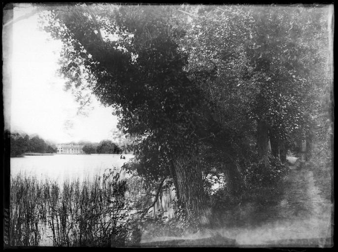 Vue éloignée sur le château derrière un étang
