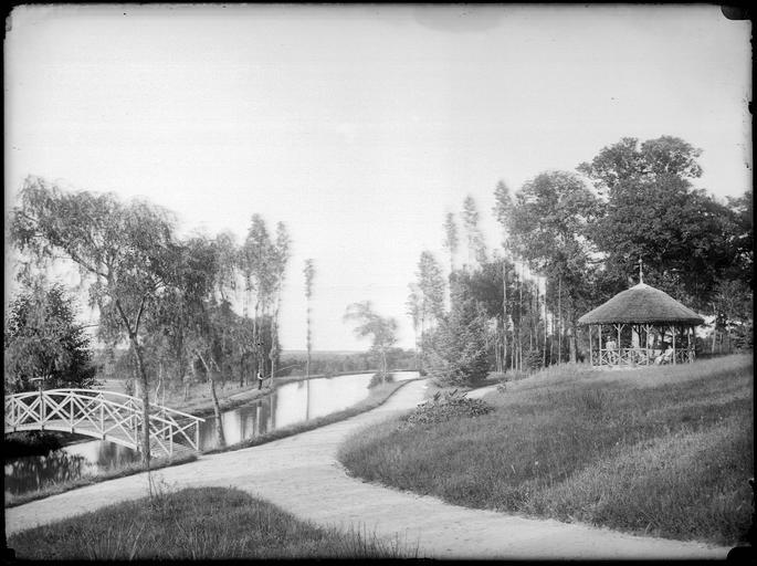 Kiosque et pont sur la rivière