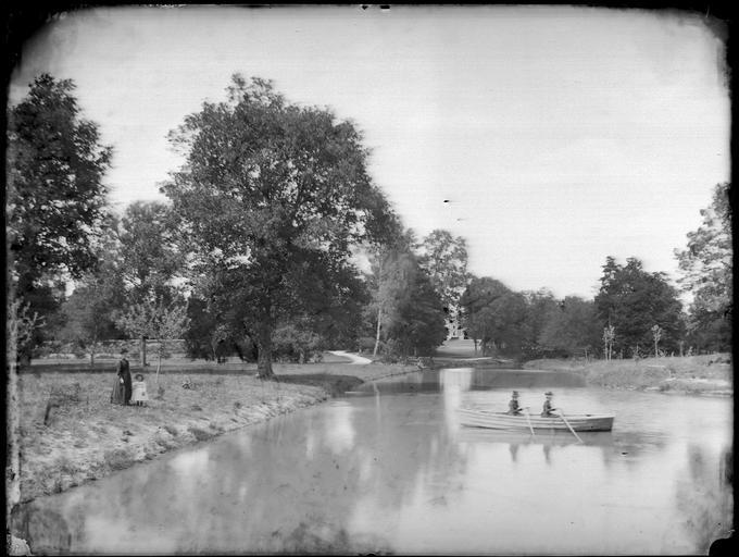 Personnes dans une barque sur la rivière