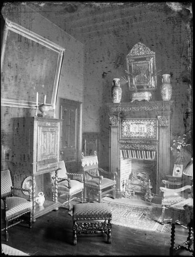 Intérieur : décoration d'une pièce avec cheminée