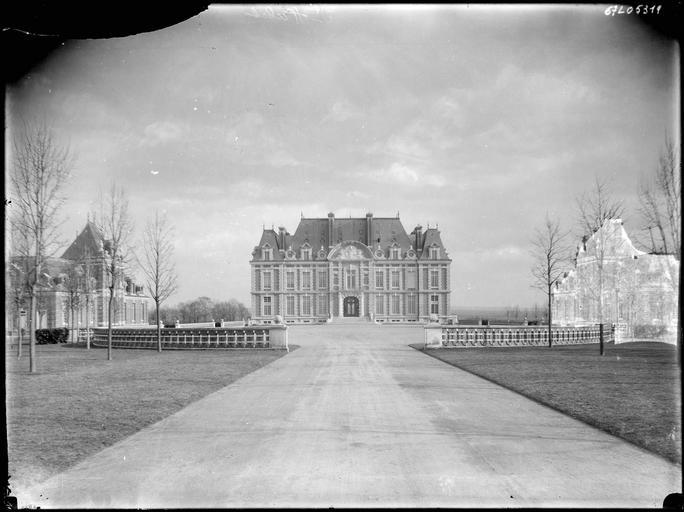 Cour d'honneur : façade principale du château et pavillons annexes