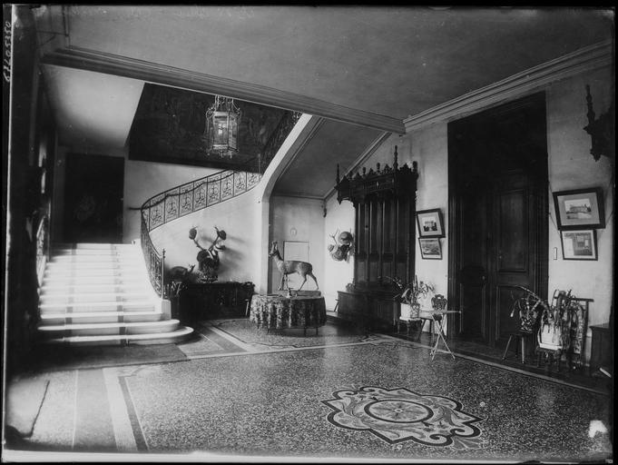 Intérieur: hall et escalier